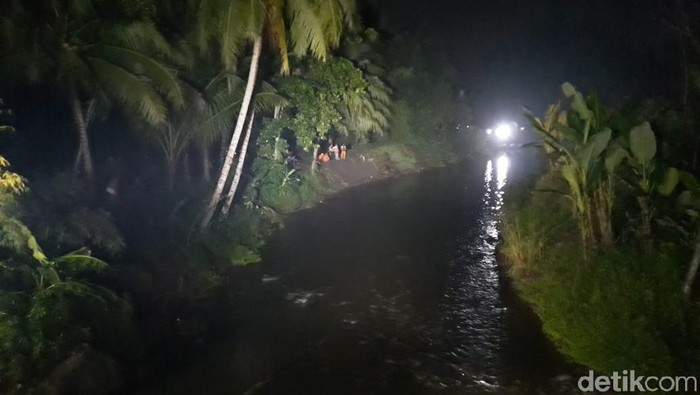 Proses evakuasi siswa SMPN 1 Turi di Sungai Sempor, Jumat (22/2/2020)