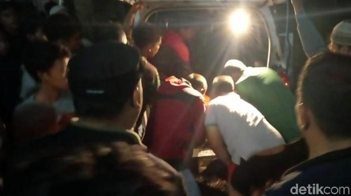 Ambulans yang membawa korban (Syahdan Alamsyah/detikcom)