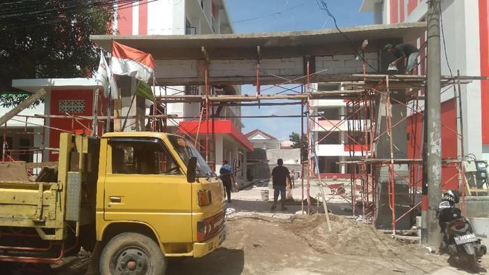 Pembangunan gedung sekolah di SDN 03 Pagi Semper Barat Jakarta Utara sempat berhenti karena disegel. Dari segel tersebut tertulis ada masalah dalam pembayaran material dan proyek.