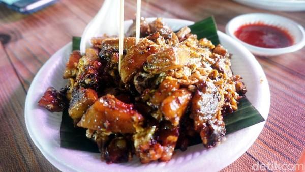 Jangan lupa juga cobain makanan khas yang unik-unik dan tidak bisa ditemukan di daerah lain, seperti contohnya lontong goreng ini. (Wahyu Setyo/detikcom)