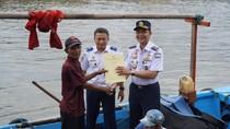 Kemenhub Beri Sertifikat Kepemilikan Kapal ke Nelayan Jakarta