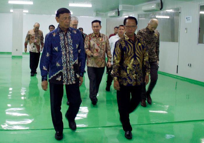 Ketua Dewan Pertimbangan Presiden (Wantimpres), Jenderal (Purn.) Wiranto yang meresmikan gudang tersebut. Gedung cold storage itu merupakan bagian dari usaha untuk mengembangkan industri perikanan Indonesia. Foto: dok. Cahaya Bahari