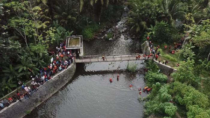 Proses pencarian siswa SMPN 1 Turi yang hanyut di Sungai Sempor, Sleman, Sabtu (22/2/2020).