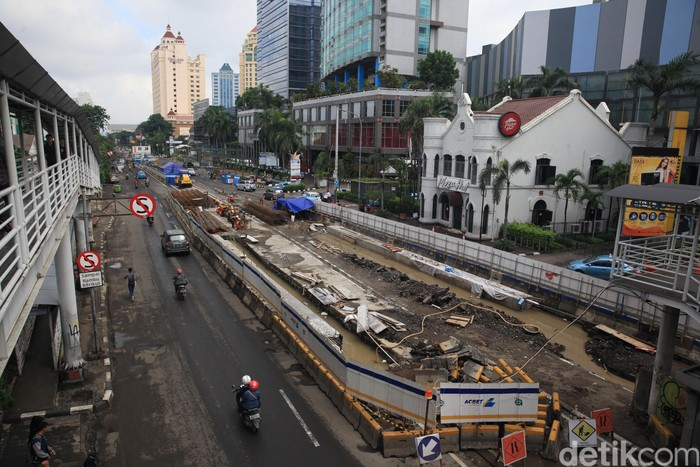 Pekerja terus mengebut pengerjaan proyek pembangunan Underpass Senen Extension di Kawasan Atrium Senen, Jakarta Pusat.