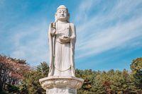 Patung Buddha di Kuil Donghwasa.