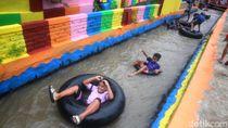 Momen Ceria Warga Sumedang River Tubing di Irigasi