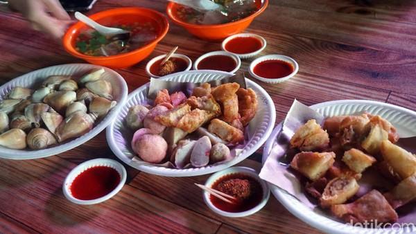 Dari bubur, kwetiau, nasi goreng, gonggong hingga aneka gorengan seafood pun ada di Akau Potong Lembu. Setelah makanan diantar, baru dibayar. (Wahyu Setyo/detikcom)