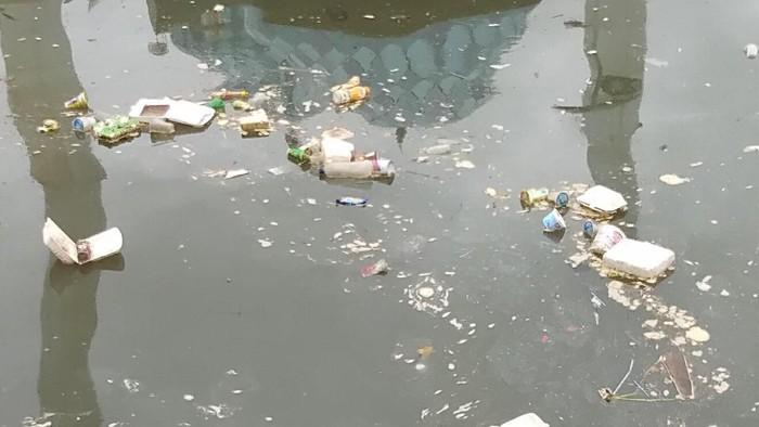 Kawasan Pantai Losari, Makassar, menjadi sorotan Gubernur Sulawesi Selatan Nurdin Abdullah karena kotor. Nurdin mengaku prihatin soal banyaknya sampah berserahkan di Pantai Losari.
