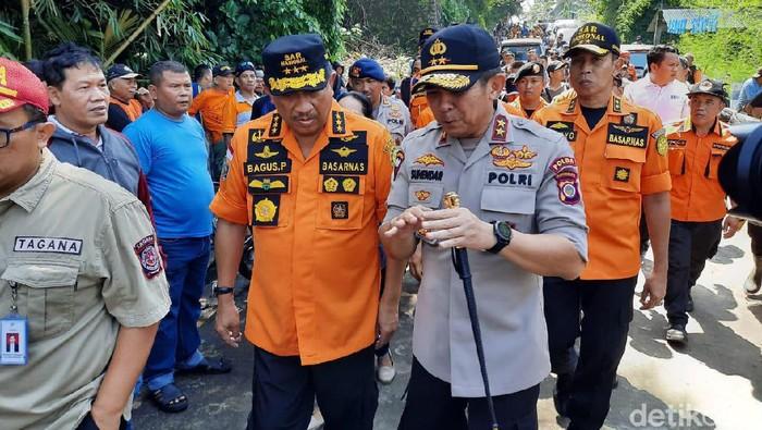 Kabasarnas Marsekal Madya TNI Bagus Puruhito mengecek proses pencarian siswa SMPN 1 Turi yang hanyut saat susur sungai di Sungai Sempor, Sleman, DIY, Sabtu (22/2/2020).