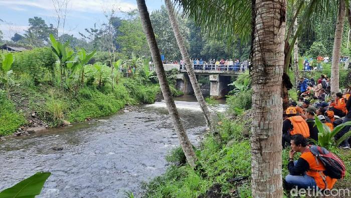 Proses pencarian 3 siswa SMPN 1 Turi yang belum ditemukan usai hanyut saat susur Sungai Sempor, Sleman, Sabtu (22/2/2020).