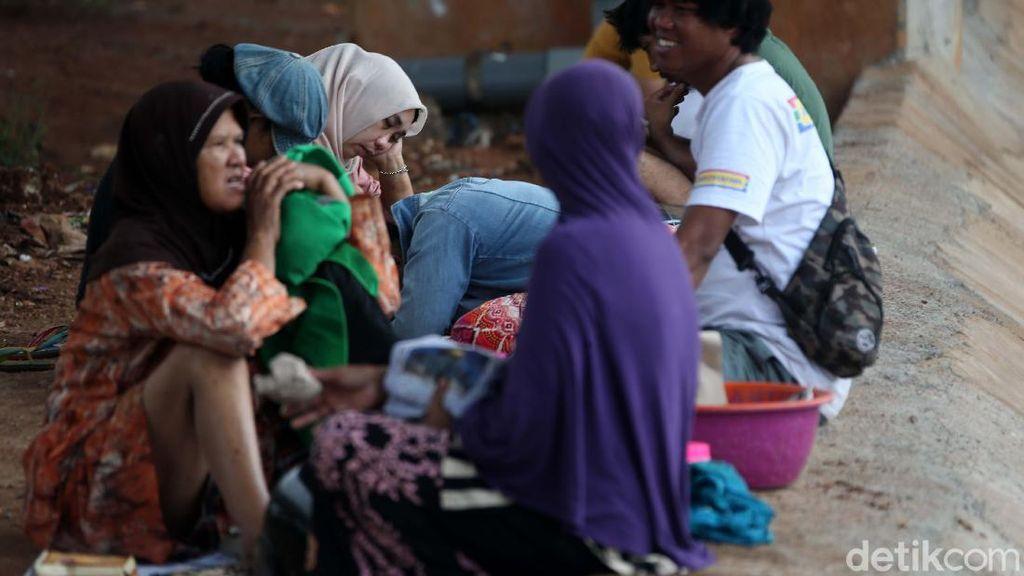 Warga Cipinang Melayu Mengungsi ke Kolong Tol Becakayu
