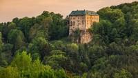 Dibuat Terpencil, Konon Kastil Ini Adalah Gerbang Neraka