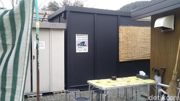 Ruang sholat yang tersedia di belakang Toko Nenek. Traveler muslim yang wisata ke tempat ini pun dijamin happy(Randy/detikcom)