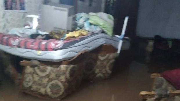 Sejumlah barang diselamatkan ke atas kasur.