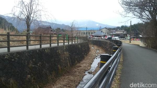 Untuk masuk ke kawasan desa wisata ini, kamu harus membayar tiket sebesar 300 Yen (sekitar Rp 45 ribuan). Di sini kamu bisa melihat sekitar 20 rumah beratap jerami yang masih sangat tradisional Jepang (Randy/detikcom)