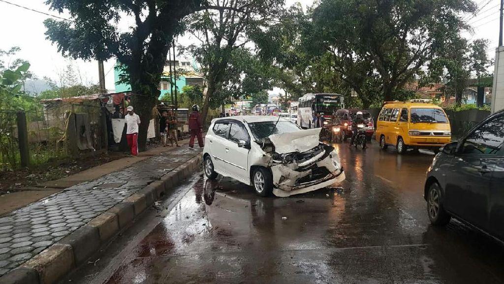 Minibus Ringsek Usai Ditabrak Truk di Jalan Raya Padalarang