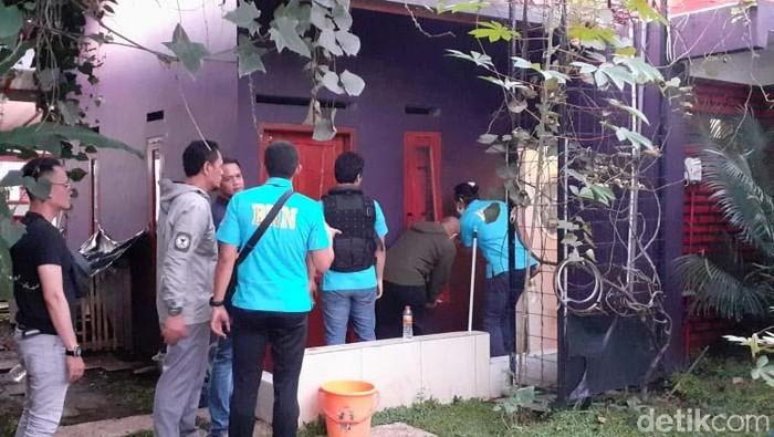 Badan Narkotika Nasional (BNN) menggerebek sebuah rumah di Kota Bandung. Rumah itu disebut-sebut sebagai pabrik narkotika.