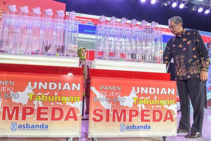 Ketua Asbanda Supriyatno (kiri) memberikan hadiah kepada pemenang undian pada acara Panen Rejeki Bank BPD Undian Tabungan Simpeda di Jakarta, Sabtu (22/2/2020). Dalam undian tersebut Bank Bengkulu mendapatkan undian utama yaitu uang tunai sebesar Rp500.000.000. ANTARA FOTO/Muhammad Adimaja/aww.