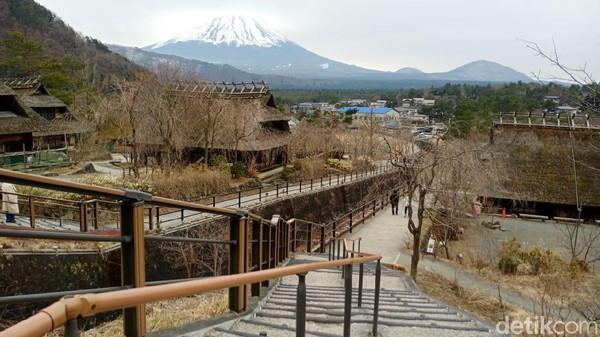 Untuk informasi, desa ini dahulunya ditempati oleh masyarakat. Namun, kemudian di restorasi oleh pemerintah dan dijadikan desa wisata. Adapun yang menjadi daya tarik utamanya adalah rumah-rumah berkonsep sangat tradisional Jepang dan pemandangan Gunung Fuji (Randy/detikcom)