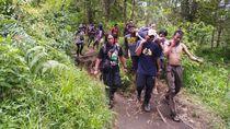 Relawan Evakuasi Pendaki asal Jakarta yang Kolaps di Gunung Lawu