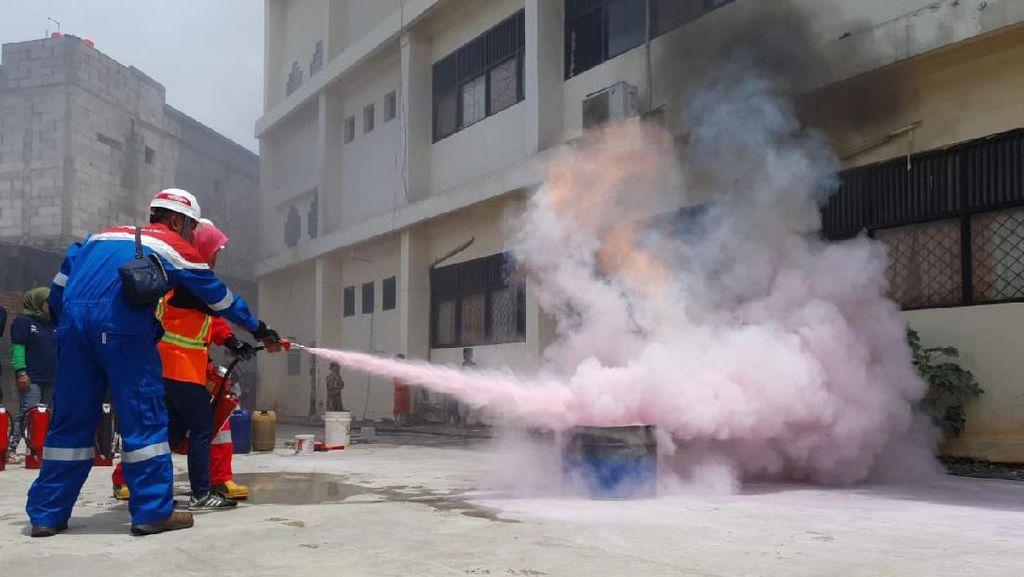 Pertamina Beri Pelatihan Padamkan Api untuk Emak-emak di Rawa Badak
