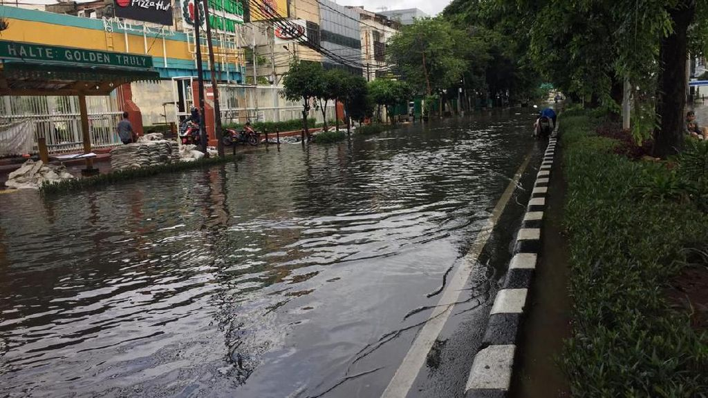 Jalan Depan PN Jakpus Terendam Banjir, Motor Bisa Melintas