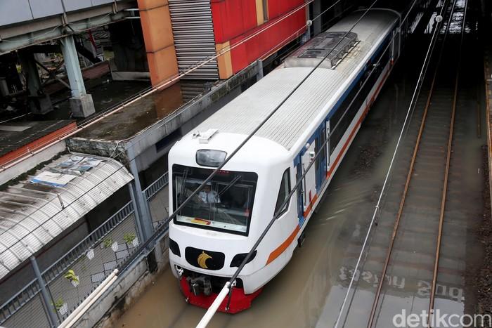Hujan deras yang mengguyur wilayah Jakarta dan sekitarnya membuat genangan dan banjir dimana-mana. Seperti slah satunya Stasiun Sudirman yang terendam ini.