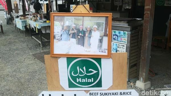 Di luar nama toko dan tulisan berbahasa Indonesia dan lainnya itu, toko tersebut juga mencantumkan label halal. Tentu toko nenek ini bisa jadi pilihan bagi traveler Indonesia apabila berkunjung ke desa Saiko Iyashino Sato Nenba (Randy/detikcom)