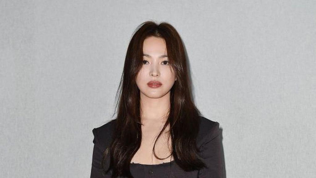 Foto: Cantiknya Song Hye Kyo Serba Hitam di Milan Fashion Week