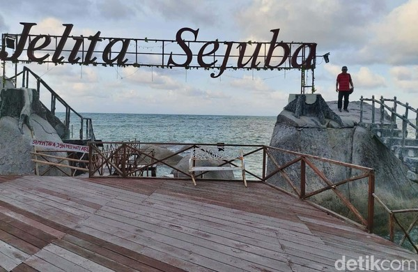Pantai Jelita Sejuba di bagian utara dari kota Ranai Ibu Kota Natuna.