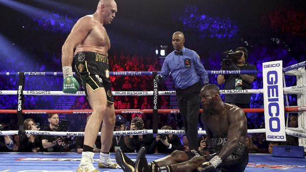 Deontay Wilder dua kali jatuh oleh Tyson Fury.