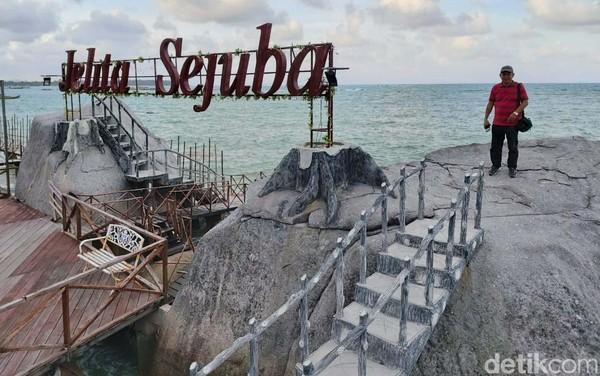Kawasan pantai Sejuba dimanjakan pemandangat laut nan biru.