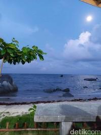 Lokasi Pantai Piwang tempat santai warga Natuna menghilang kepenatan setelah seharian bekerja.