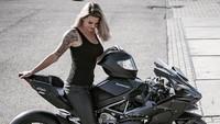 Lady Bikers Seksi yang Bisa Ngajak Motor Rebahan