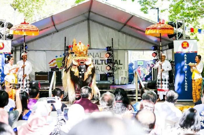 Indonesia berpartisipasi pada National Multicultural Festival (NMF) di Canberra, Australia. Tahun ini, kontingen Indonesia menampilkan Tari Barong Bali.