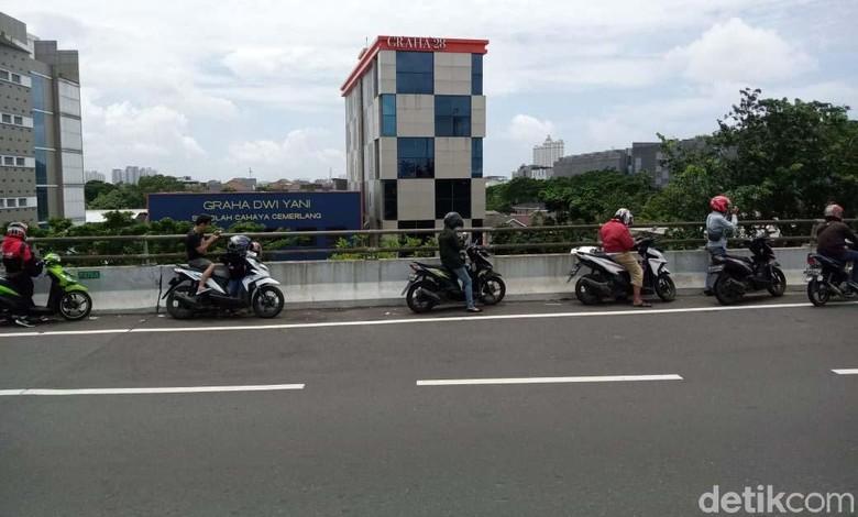 Lalu lintas Jl Yos Sudarso dialihkan akibat banjir. Sepeda motor untuk sementara waktu bisa masuk ke ruas Tol Wiyoto Wiyono, Jakarta.