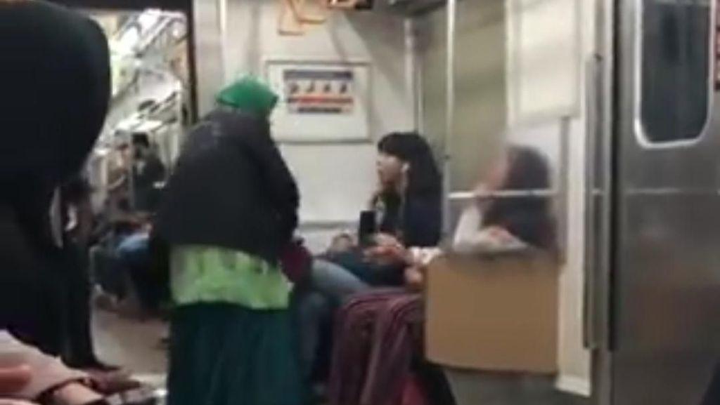 Teguran Satpam Kereta Berujung Emak-emak Jenggut Perempuan Muda