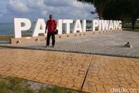 Pantai Piwang membentang di tepi kota Ranai.