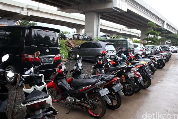 Ratusan kendaraan terparkir di kolong Tol Becakayu, di Cipinang Melayu Jakarta. Kendaraan ini milik warga yang menjadi korban banjir.