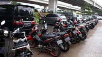 Kolong Tol Becakayu Jadi Lahan Parkir Kendaraan Warga Korban Banjir