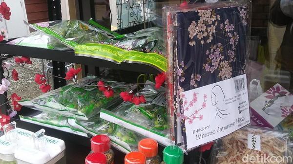 Beberapa barang jualan di Toko Nenek. Ada juga hijab bergaya Negeri Sakura(Randy/detikcom)