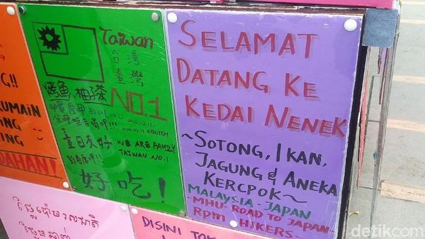 Selain bahasa Indonesia, ada juga kalimat imbauan serupa dalam bahasa negara Asia lain seperti Malaysia dan Mandarin. Entah siapa yang menulis kalimat dalam bahasa-bahasa tersebut (Randy/detikcom)