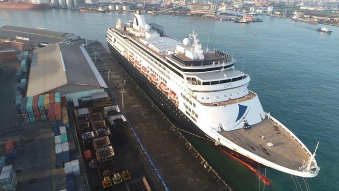 Penampakan Kapal Raksasa Bersandar di Semarang