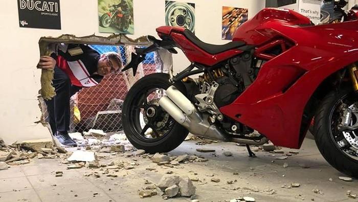 Ducati Panigale dicuri dengan membobol tembok