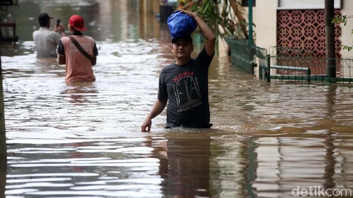Banjir merendam kawasan Cipinang Melayu, Jakarta. Begini potret banjir yang disebabkan hujan deras dan luapan Sungai Ciliwung tersebut.
