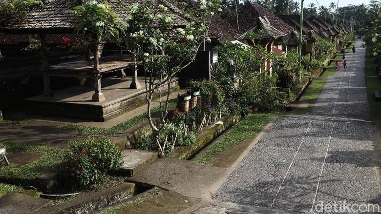 Desa Penglipuran di kawasan Bali merupakan salah satu desa terbersih di dunia. Desa ini dikukuhkan sebagai desa terbersih sejak tahun 2016. Yuk, lihat fotonya.
