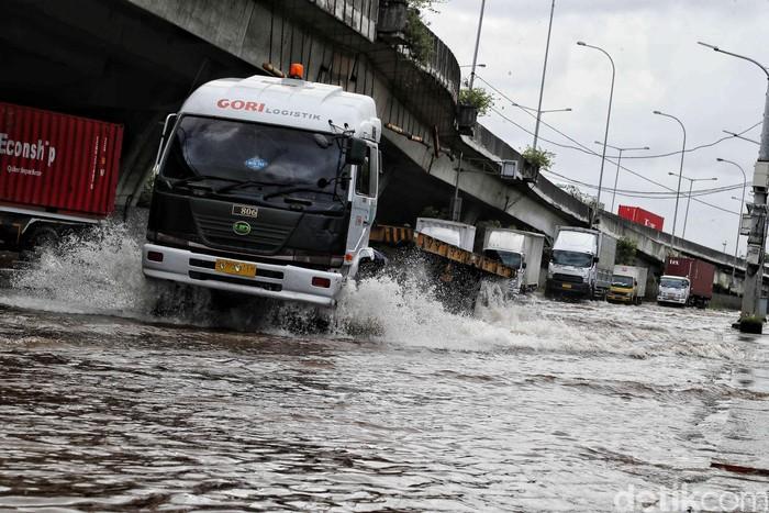 Banjir merendam kawasan KBN Cakung, Jakarta Utara, Senin (24/2/2020).
