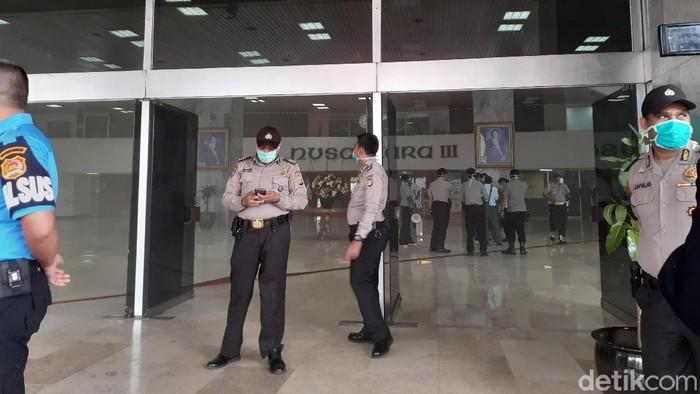 Asap di lobi gedung Nusantara III DPR RI mulai berkurang.