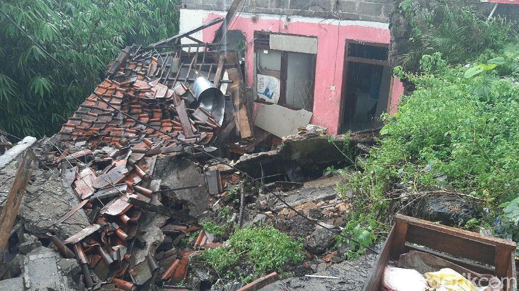 Hujan Deras di Bogor, Rumah Ambruk dan Tebing Sungai Longsor