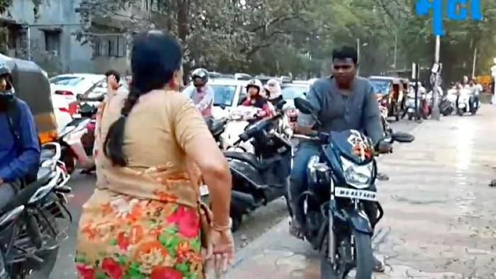 Pemotor naik trotoar